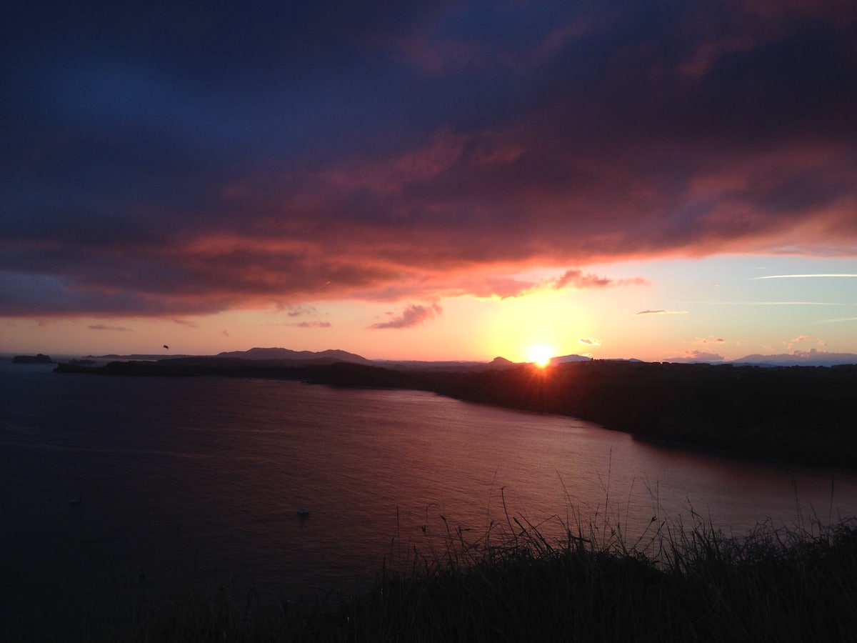 Sonnenuntergang über den Klippen in Kantabrien